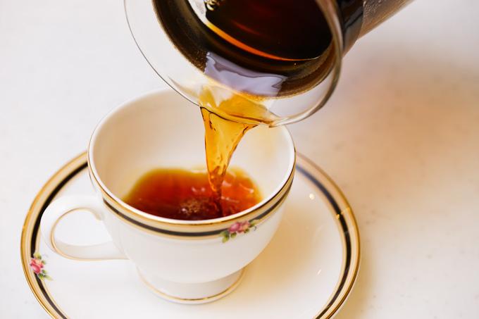 コーヒーを手持ちで。おいらでは,PIXTAで一番売れているネタだったりします。